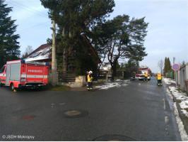 Prasklá větev nad komunikací ulice Mokropeská
